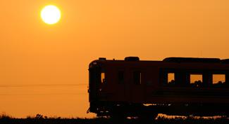 本州最北端の私鉄「津軽鉄道ストーブ列車」と夕日