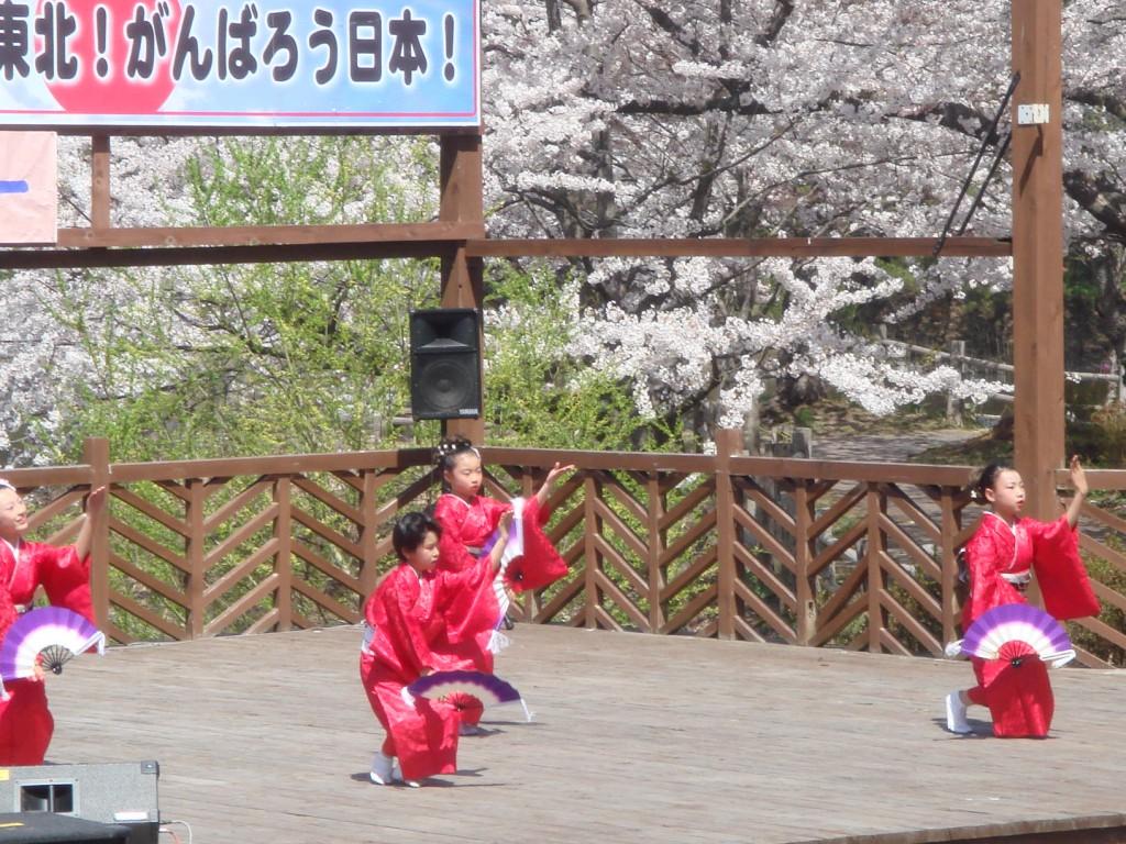 ③「桜に赤い着物が映える可愛い手踊り」加藤則子-3